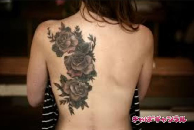 タトゥーのある女性がキャバクラでバイト